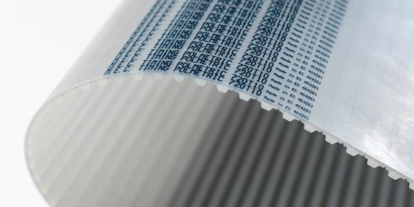 Dettaglio di una cinghia di trasmissione in materiale poliuretano, dentata su un lato