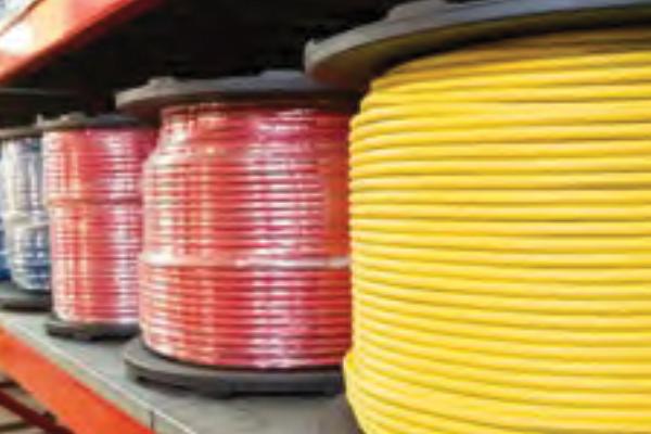 Immagine di tubi industriali in gomma di arrotolati a scaffale