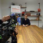 Interno di saletta riunione Azeta con operatore video che riprende Ubaldo Torricelli